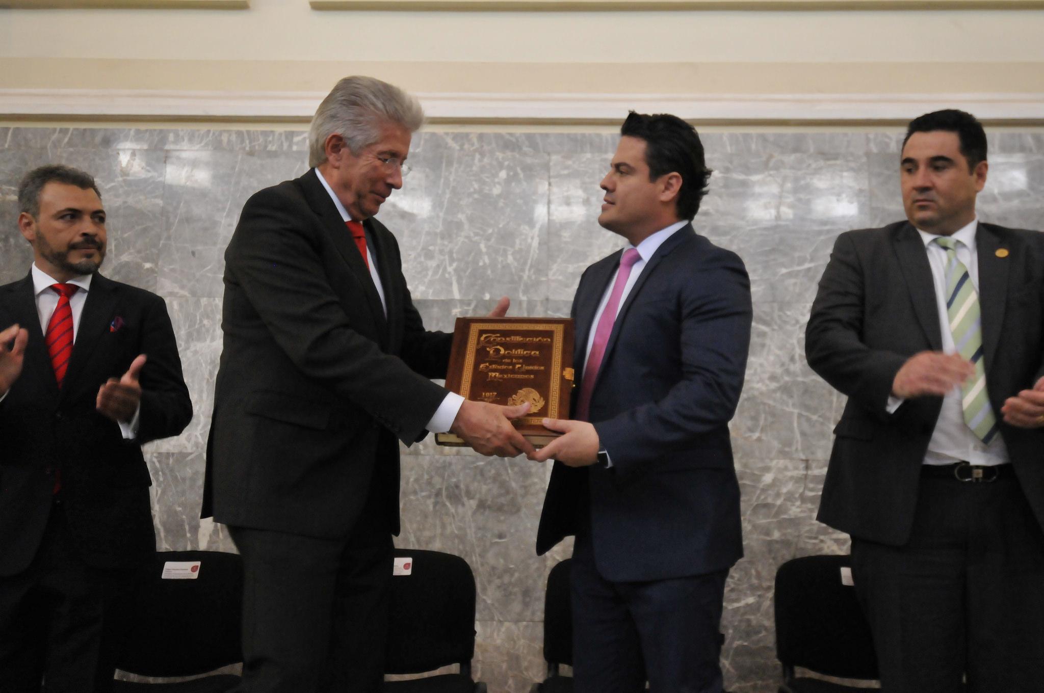 Photo of Recibe gobernador facsímil de la Constitución Política