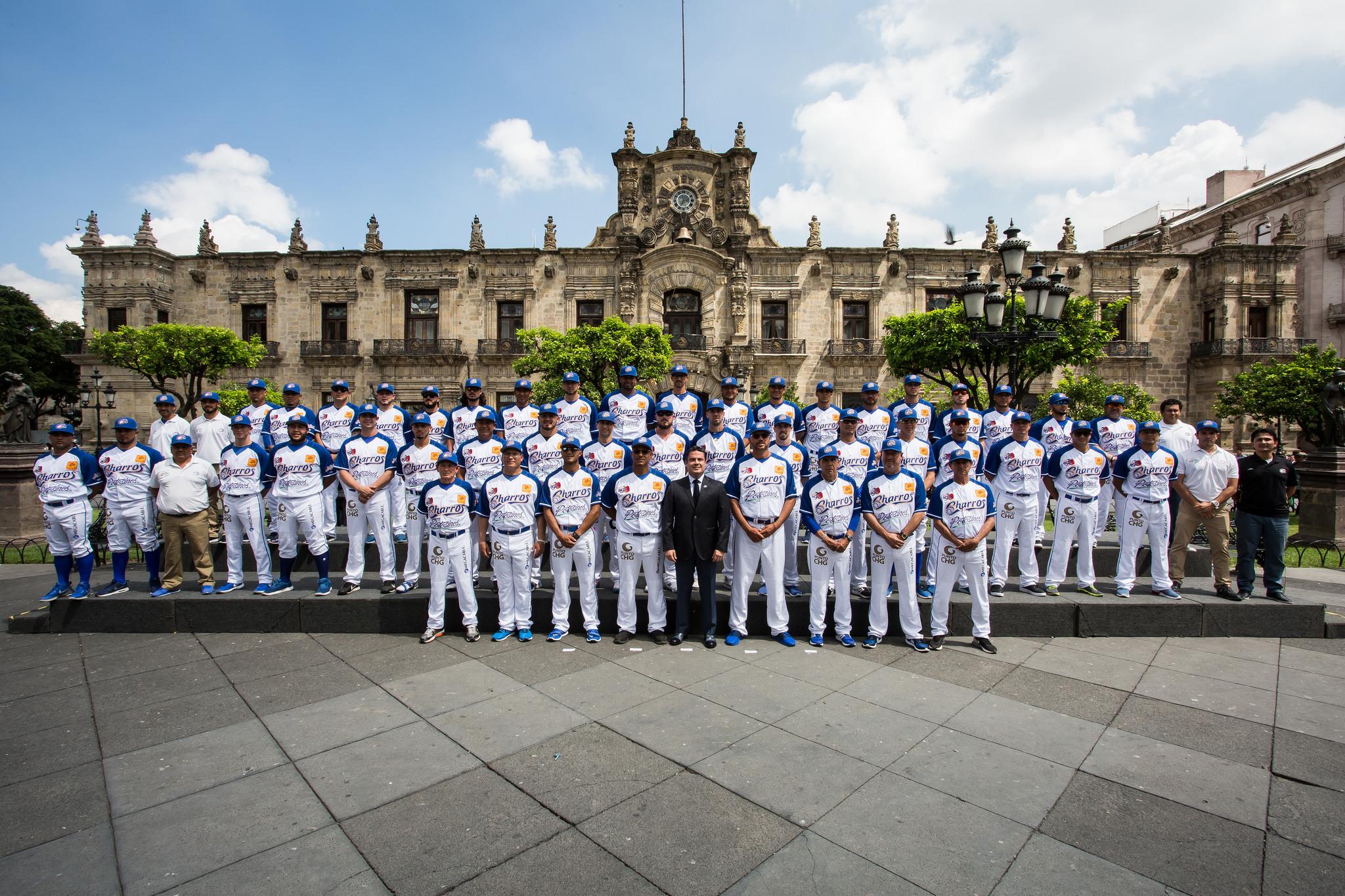 Photo of Encabeza Gobernador Foto Oficial con los Charros de Jalisco
