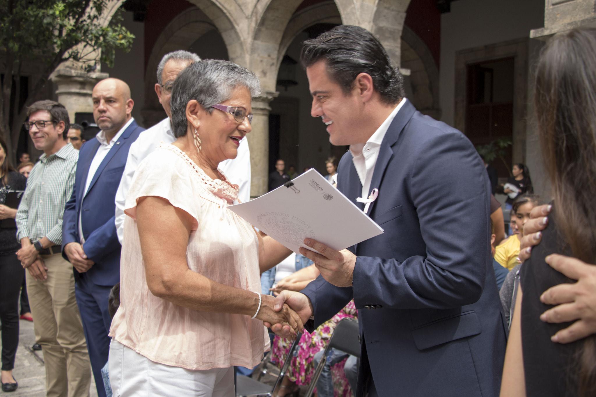 Photo of Entrega gobernador apoyo a hijos de madres fallecidas por cáncer