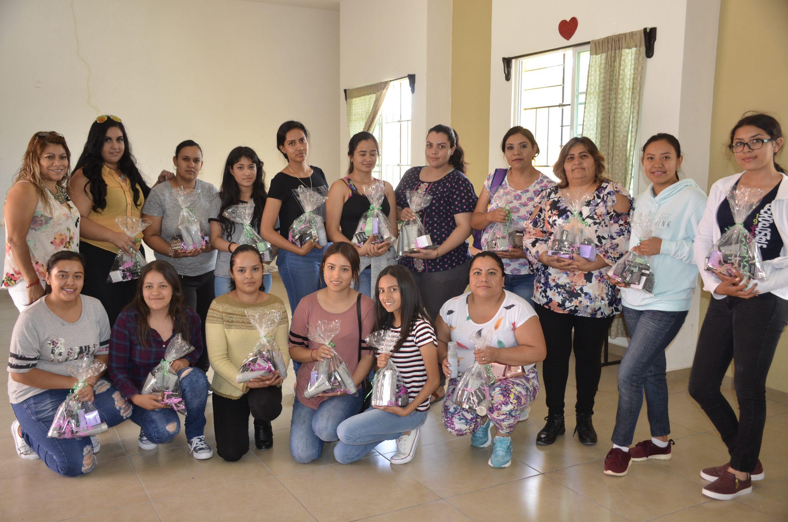 Photo of Lleva DIF Municipal Taller de Maquillaje y Peinado a la Delegación de San Miguel del Cuarenta