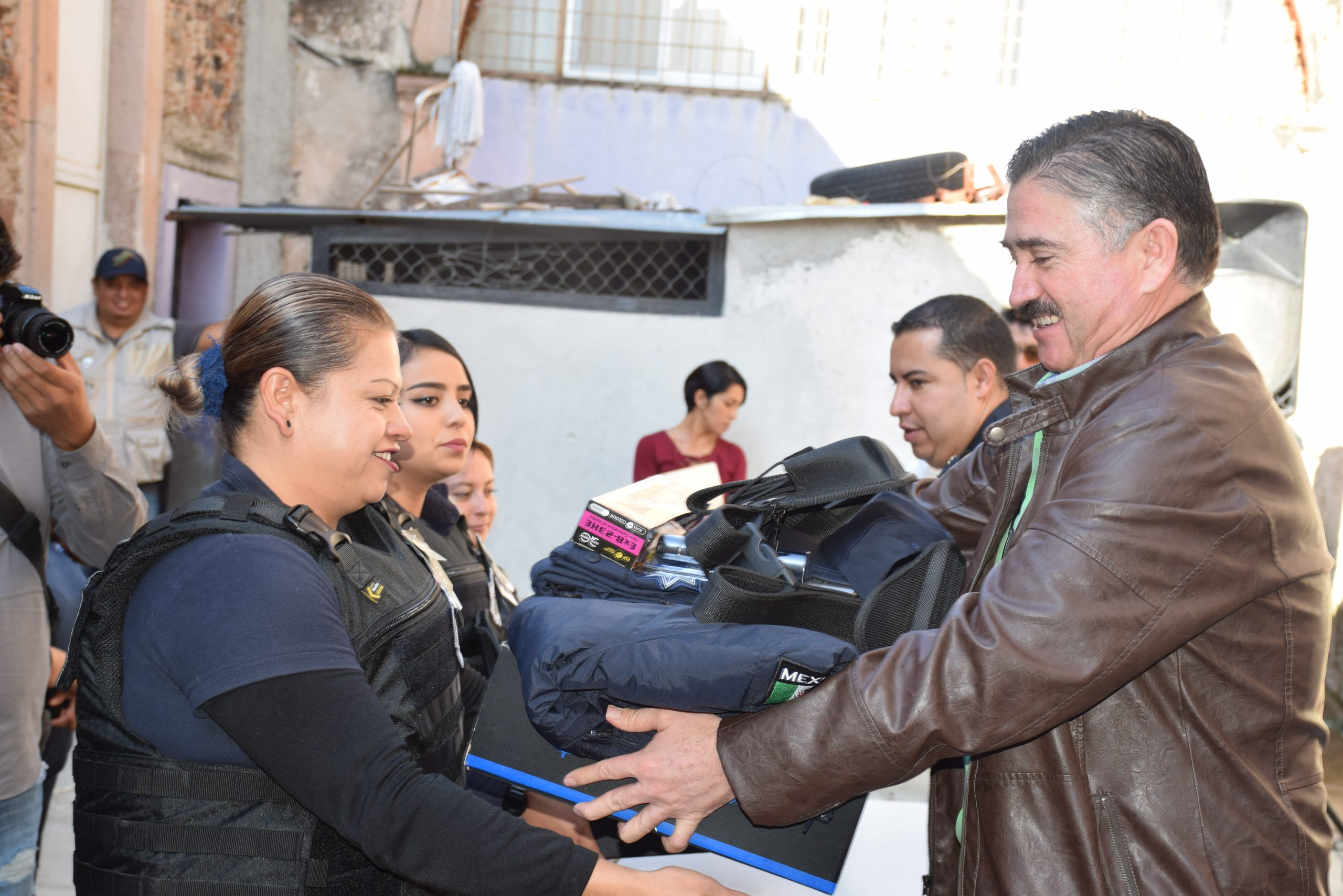 Photo of Entregan equipamiento a Policía Municipal