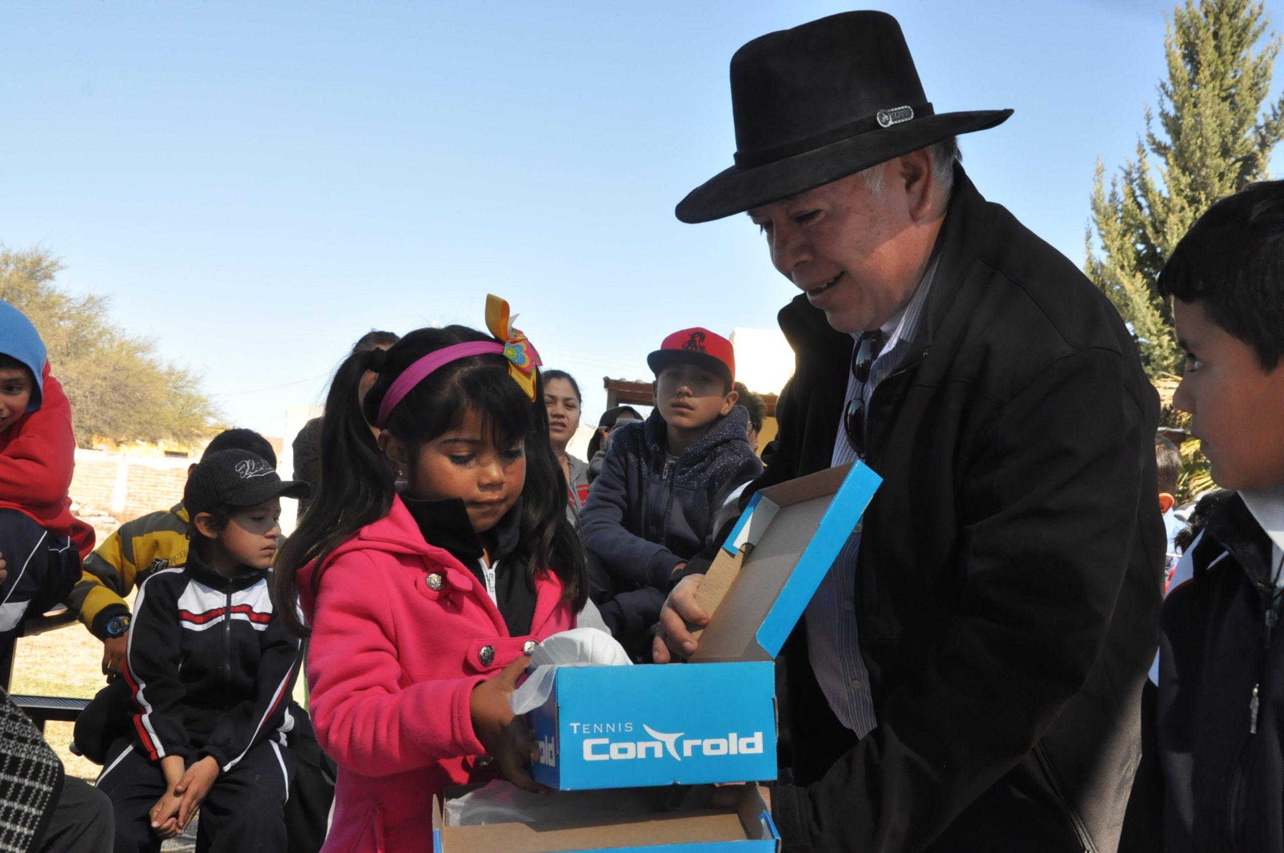 Photo of Apoya Diputado Miguel Márquez con calzado a niños de la zona rural