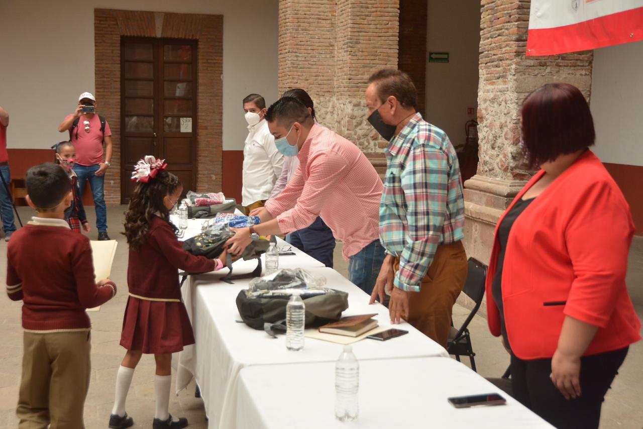 Tecutli Gómez realizó la primer entrega del programa Recrea en Lagos de Moreno