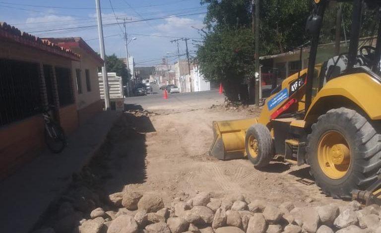 Rehabilitación de caminos, aplicación de cascajo, nivelación de calles y empedrado, son las obras en las que se trabaja diariamente
